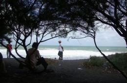 Pantai Kuwaru nan Teduh dan Sejuk
