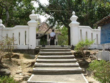 Makam Syekh Maulana Maghribi secara administratif terletak di Dusun Pemancingan, Parangtritis, Kretek, Bantul, Yogykakarta. Makam ini terletak di salah satu puncak bukit dalam deretan perbukitan Parangtritis.  Tokoh Syekh Maulana Maghribi (versi cerita tutur)  Dalam cerita tutur setempat Syekh Maulana Maghribi yang nama lengkapnnya adalah Sayyidina Syeikh Maulana Muhammad Al Maghrobi, RA dipercaya masih merupakan keturunan Syeikh Majidil Qubra dari Persia. Syeikh Majidil Qubra menurunkan salah seorang putri yang bernama Nyai Tabirah. Nyai Tabirah inilah yang kemudian menurunkan Syeikh Maulana Maghribi.  Fisik Bangunan  Makam Syeikh Maulana Maghribi telah dilengkapi dengan cungkup berukuran panjang sekitar 6-7 meter dan lebar sekitar 4-5 meter. Tinggi cungkup sekitar 2-3 meter. Cungkup ini juga telah diberi ubin keramik warna putih dengan ukuran 30 Cm X 30 Cm. Pintu cungkup menghadap ke arah timur.  Kompleks makam Syeikh Maulana Maghribi juga dilengkapi dengan tempat peristirahatan atau bangsal peristirahatan yang terletak di sisi utara menghadap ke selatan. Bangsal peristirahatan dibuat dengan tembok dengan ukuran sekitar 8 meter X 3 meter. Pada sisi barat bangsal ini terdapat pula batu andesit berbentuk persegi sebanyak dua buah. Diduga batu andesit ini adalah fragmen arca atau yoni yang sudah tidak lengkap lagi bentuknya. Ukuran kedua batu andesit kurang lebih sama yakni panjangnya 80 Cm, lebar 70 Cm, dan tebal atau tinggi 50 Cm.  Makam dijaga oleh jurukunci yang tugasnya dilakukan secara bergiliran. Salah satu jurukunci yang bertugas di kompleks makam ini adalah Surakso Sudarmo (52 tahun).
