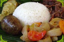 Kuliner Nasi Gudeg Menggunakan Sewa Mobil Plus Sopir Jogja