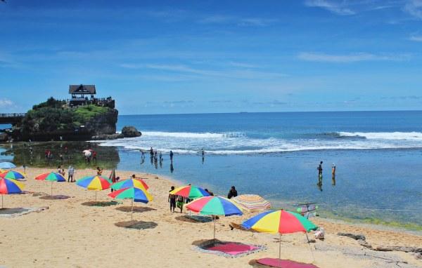 Pantai Kukup Gunungkidul yang Keindahannya Nggak Kalah dengan Tanah Lot